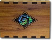Деревянная шкатулка, украшенная пауа шелл в форме Кору