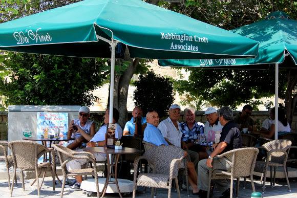 Уличное кафе в Ларнаке.