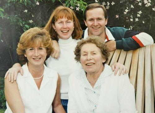 Джон с мамой Рут и сестрами Лиз и Сью