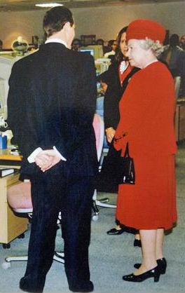 Джон Ки с Королевой Елизаветой II во время ее визита в офис компании Merrill Lynch в Лондоне в 1998 году