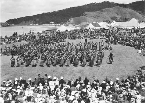 Женщины племени Ngapuhi исполняют танец poi, приветствуя представителей других племен в марае Te Tii, Вайтанги, в 1934 году.