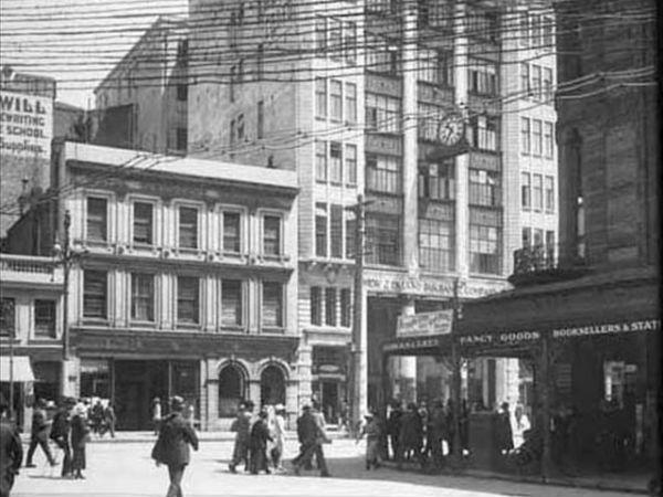 Вид на другую (западную) часть Queen Street со стороны Shortland Street, 1921 год