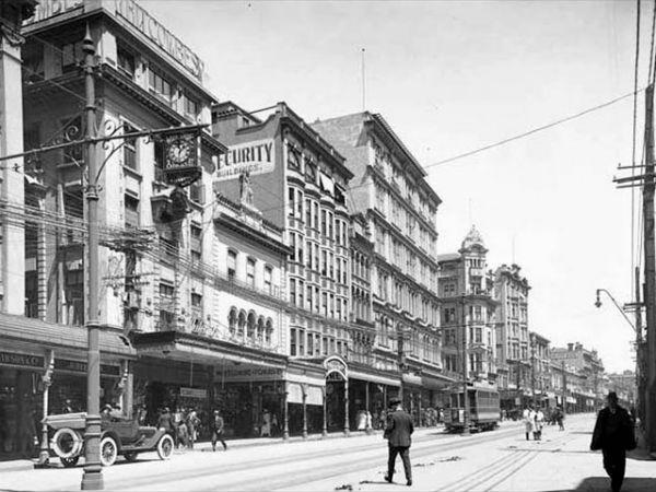 Восточная сторона Queen Street выше Durham Street East, 1921 год