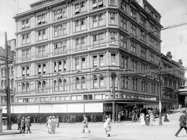 Здание John Court на пересечении Queen Street и Victoria Street East, 1918 год